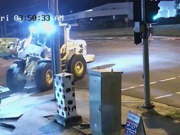 Una excavadora roba 2 motos