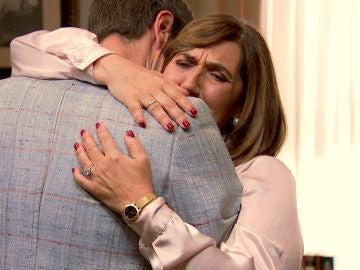 El consuelo de una madre rota de dolor, a punto de perder a su compañero de vida