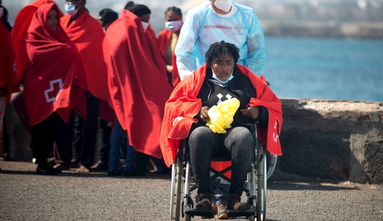 Salvamento Marítimo ha trasladado este lunes al puerto de Arrecife, en Lanzarote, a 54 inmigrantes de origen subsaharianos rescatados de una lancha neumática a unos 65 kilómetros al sureste de la isla. Se trata de 40 hombres, once mujeres y tres niños