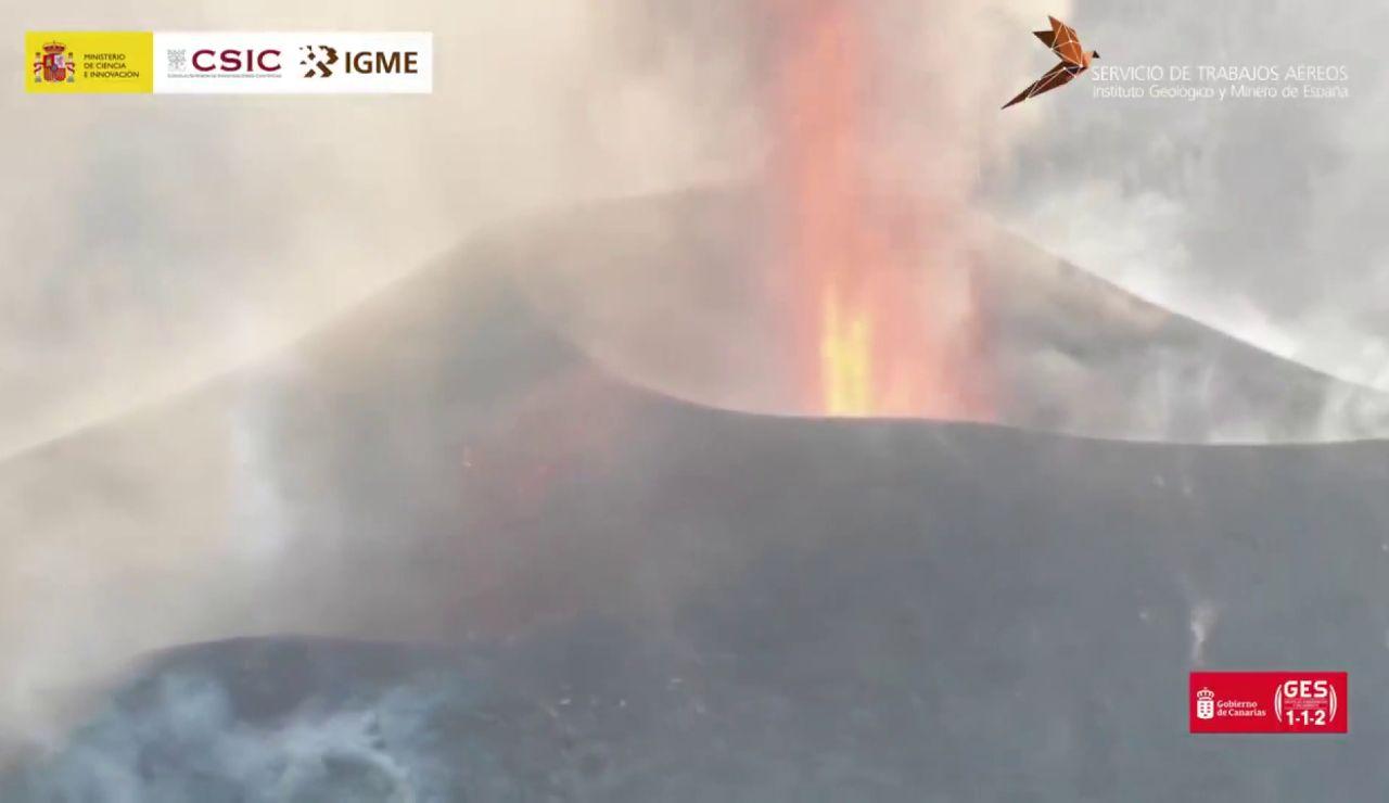 La espectacular imagen de la boca del volcán de La Palma grabada por un dron del CSIC