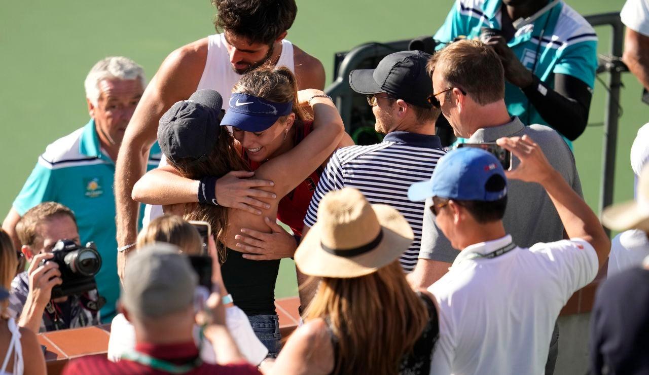 Paula Badosa se abraza con su equipo tras conquistar Indian Wells