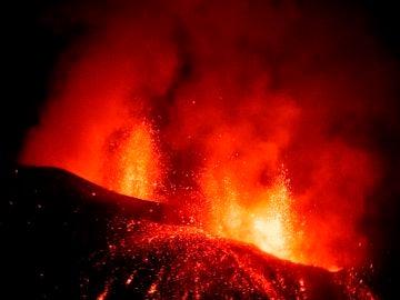 Imagen hoy Domingo del volcán Cumbre Vieja visto desde la localidad de El Paso, en La Palma