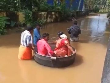 Una pareja acude a casarse en barreño después de que se inundara el lugar de la ceremonia