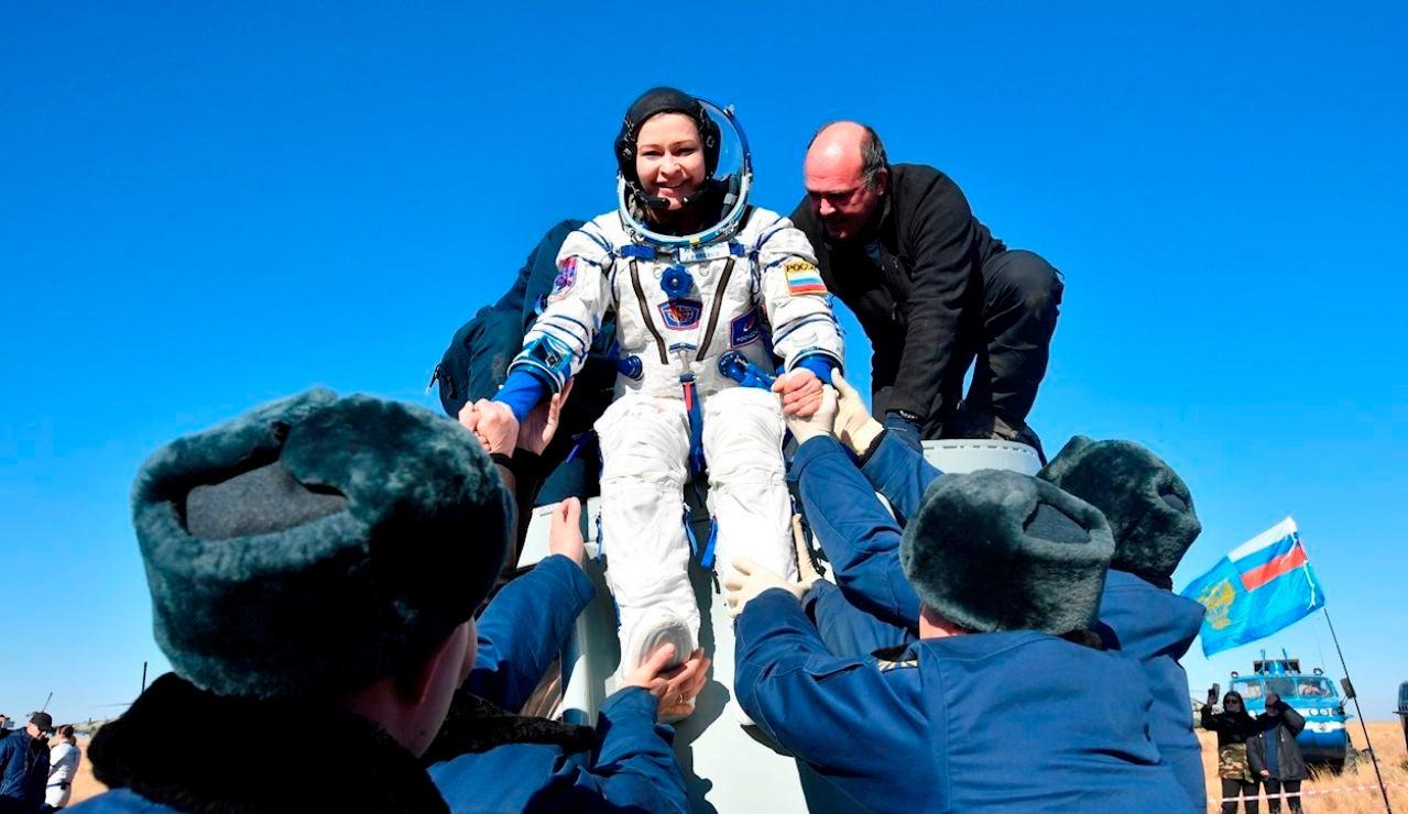 La actriz Yulia Peresild tras el aterrizaje de la nave Soyuz MS-18