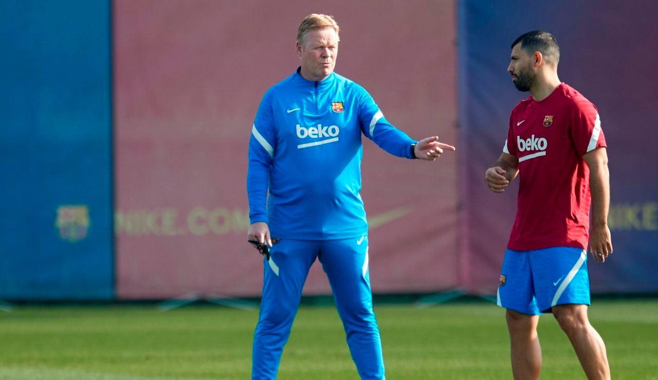 Ronald Koeman da indicaciones a Sergio 'Kun' Agüero durante un entrenamiento