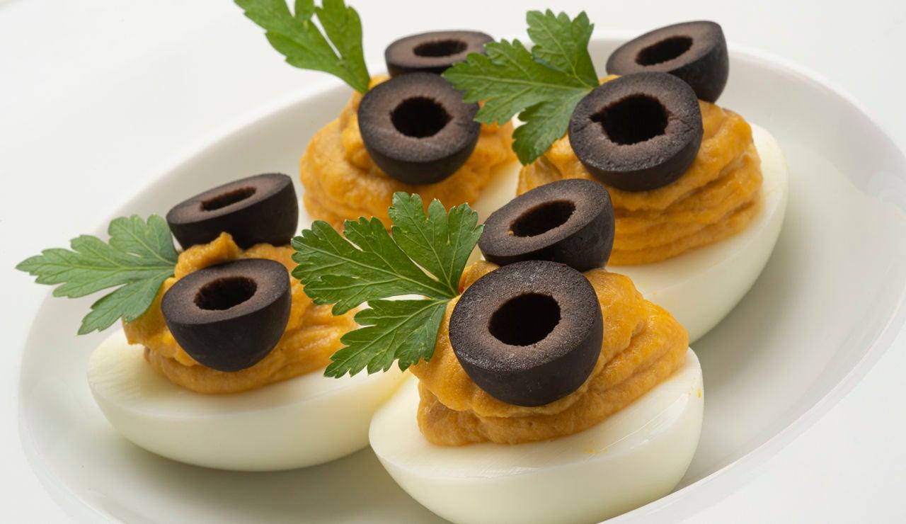 """Receta """"sencilla, completa y socorrida"""" de Karlos Arguiñano: huevos rellenos de atún con olivas negras"""