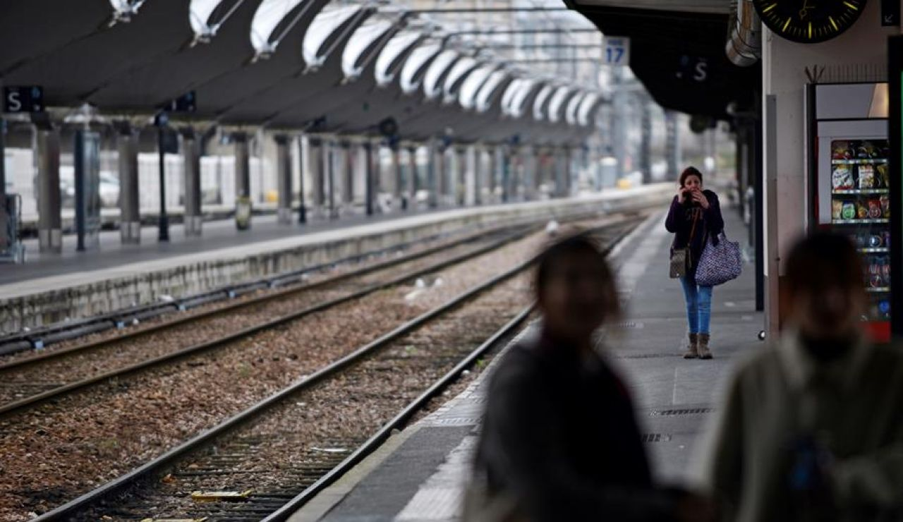 Violan a una mujer en un tren de cercanías de Filadelfia ante la pasividad de los viajeros
