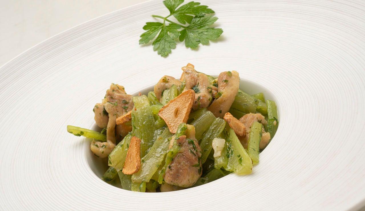 La receta fácil, rica, barata y de solo 4 ingredientes, de Arguiñano: salteado de borraja y pollo