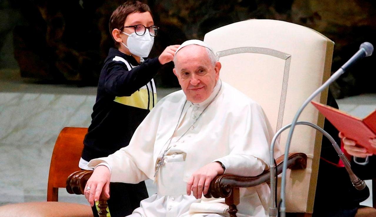 Un niño se convierte en protagonista en una audiencia general del Papa por intentar 'robarle' el gorro al Sumo Pontífice
