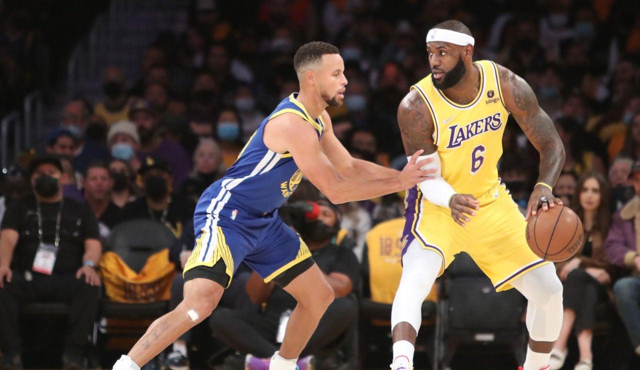 LeBron James, en acción ante Stephen Curry