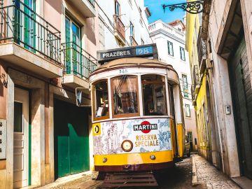 El momento en el que una pareja discute en las vías del metro de Lisboa