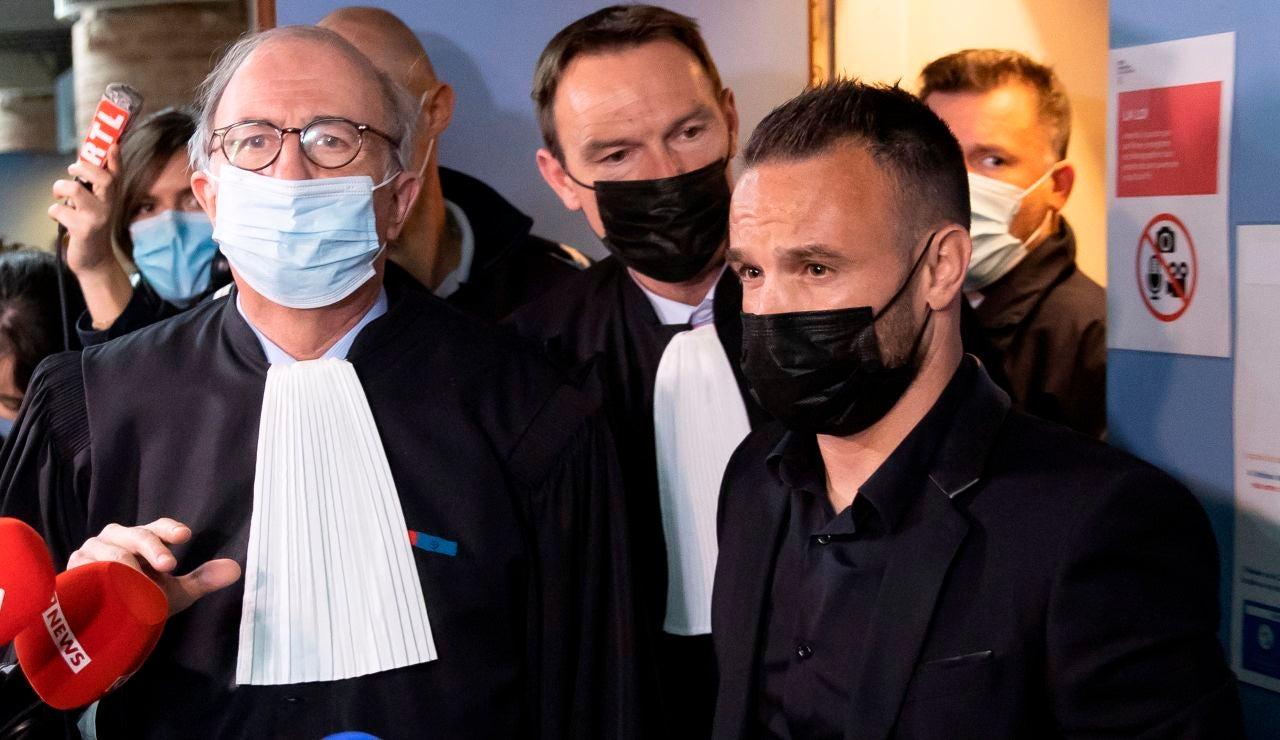 Mathieu Valbuena atiende a los medios en el comienzo del juicio ante el Tribunal de Versalles