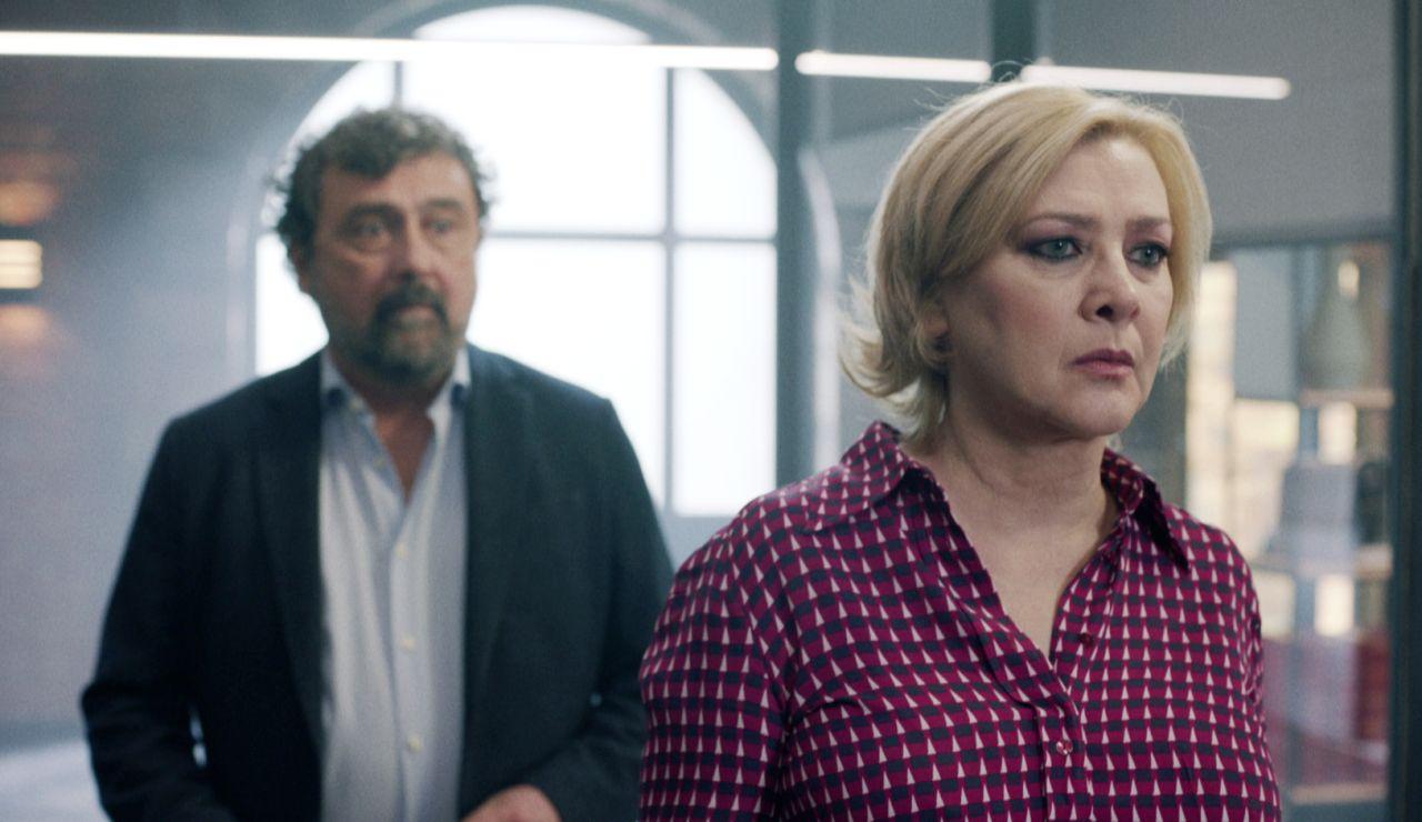 Paco confiesa a Dolores que se ha acostado con su hermana