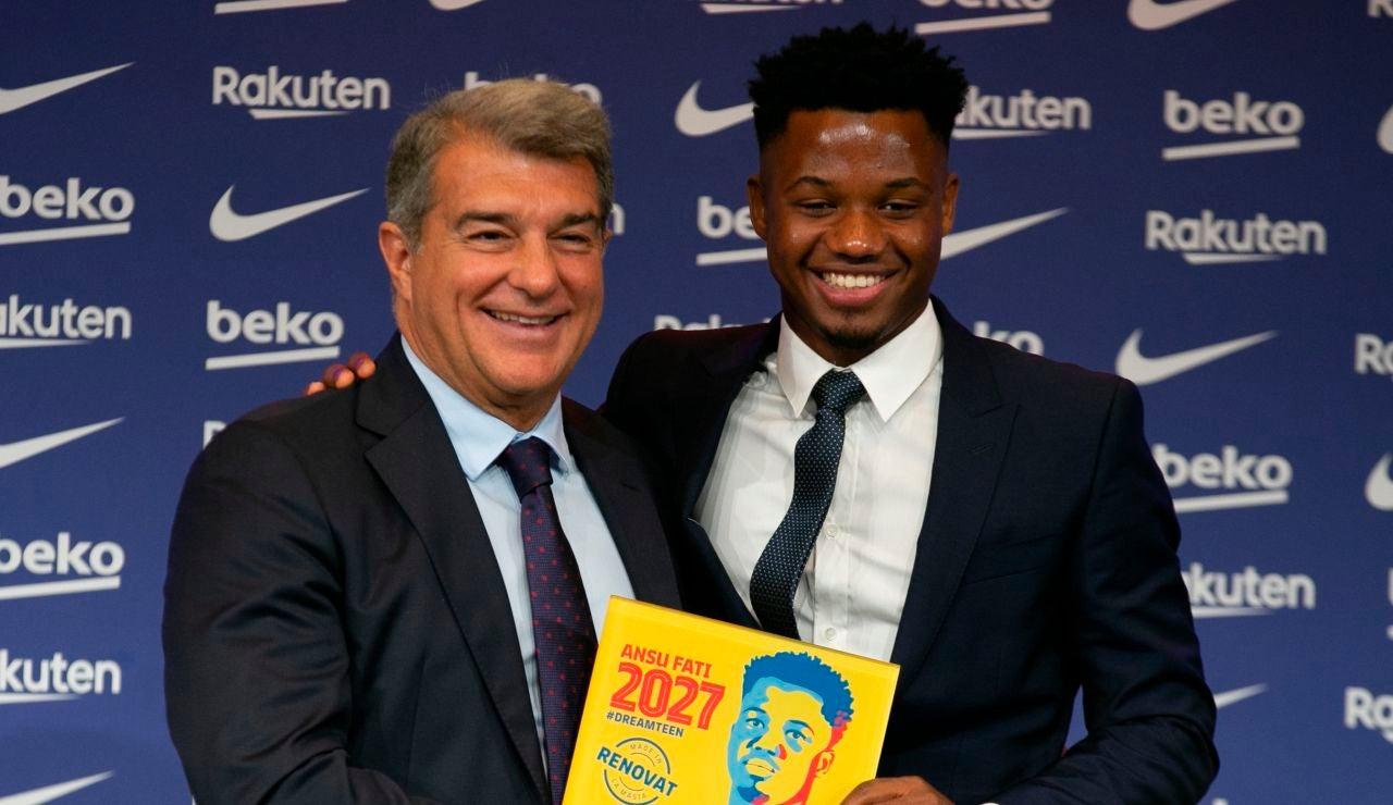 Ansu Fati y Laporta en el acto de renovación del delantero del Barcelona