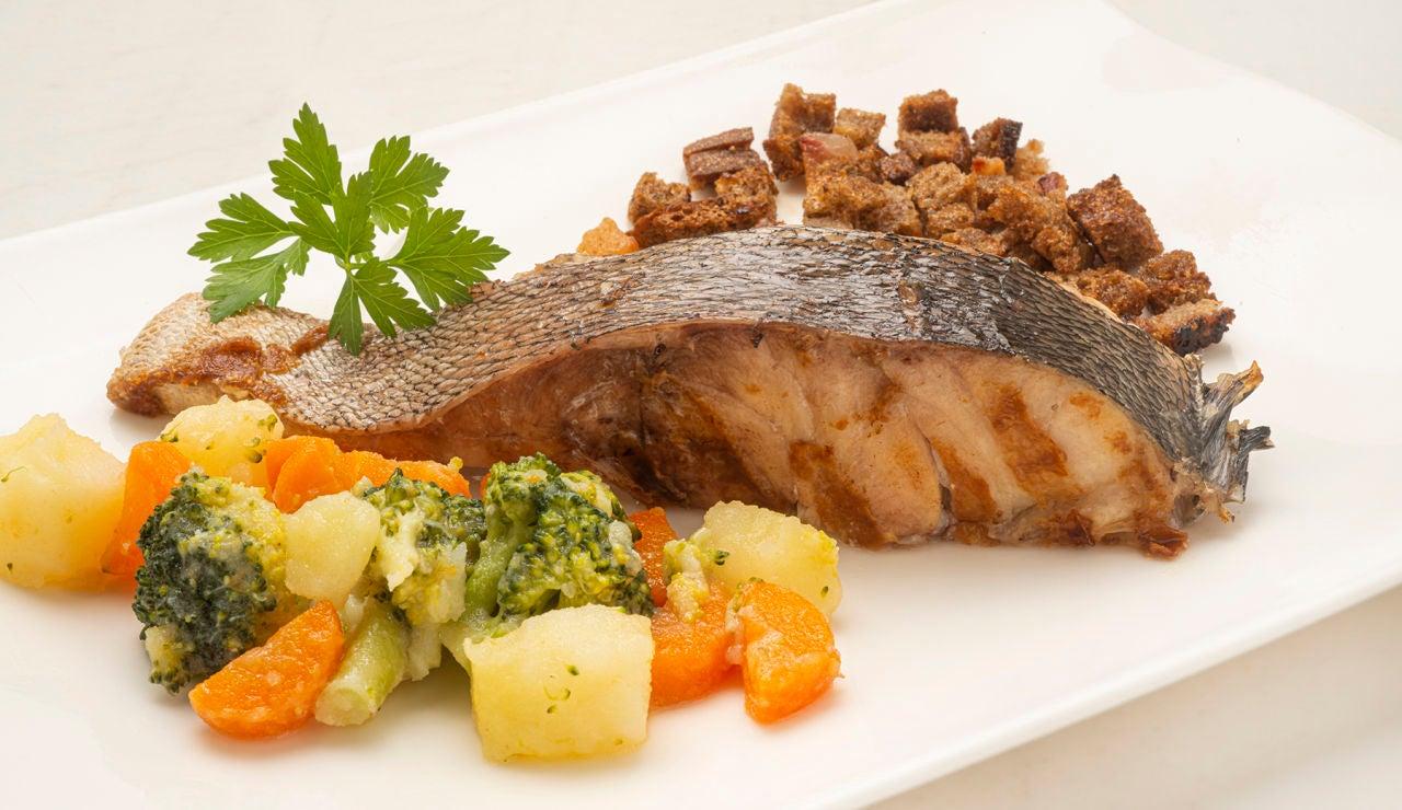"""Receta de Arguiñano """"para celebrar"""": mero al horno con migas y verduras"""