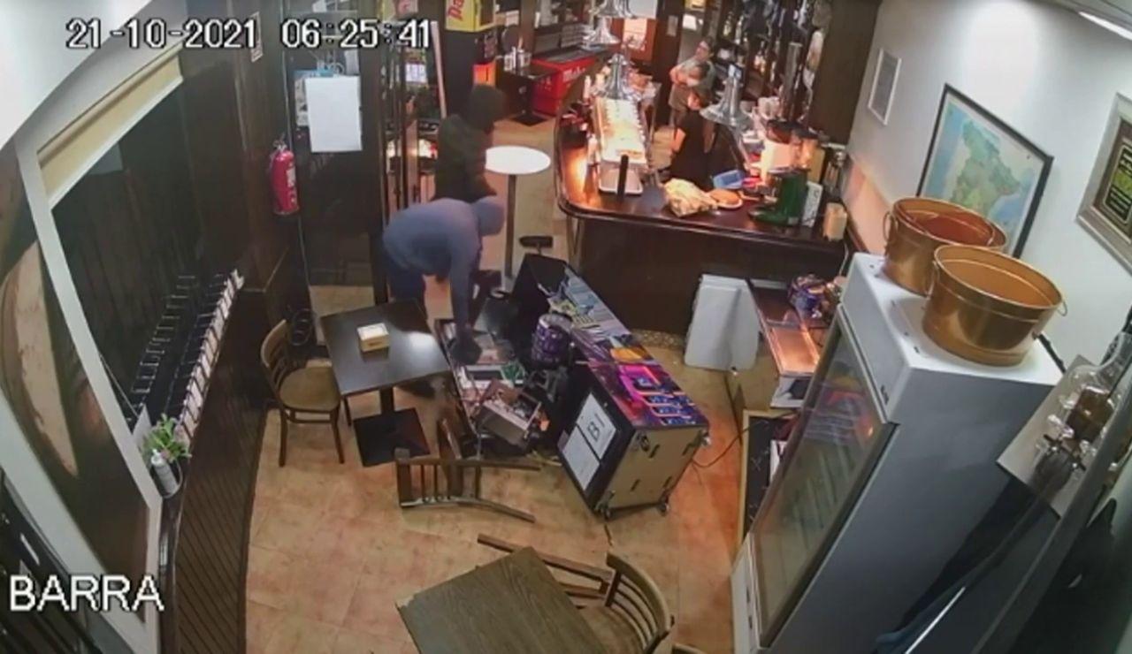 Dos hombres atracan un bar a punta de pistola