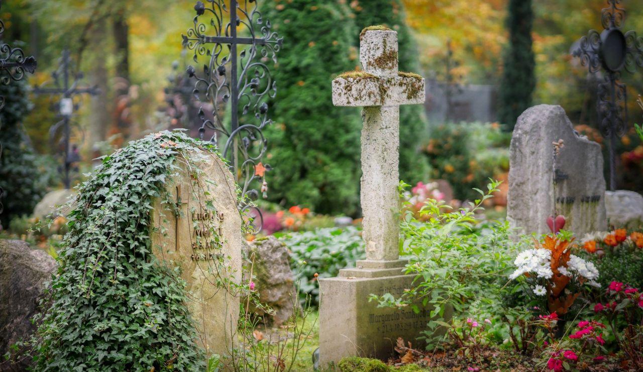 Un padre escucha un partido junto a la tumba de su hijo en Argentina