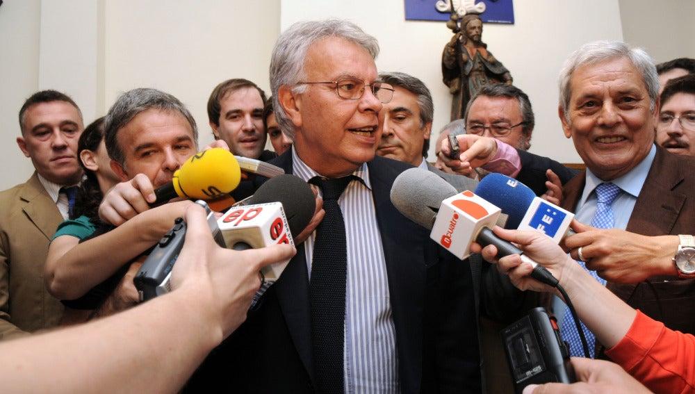 Felipe González haciendo declaraciones