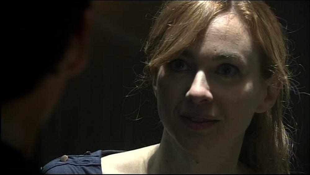 Amelia amenaza a Hugo