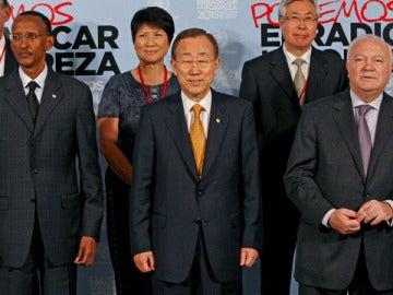 Moratinos posa con Ban Ki-moon y Paul Kagame.