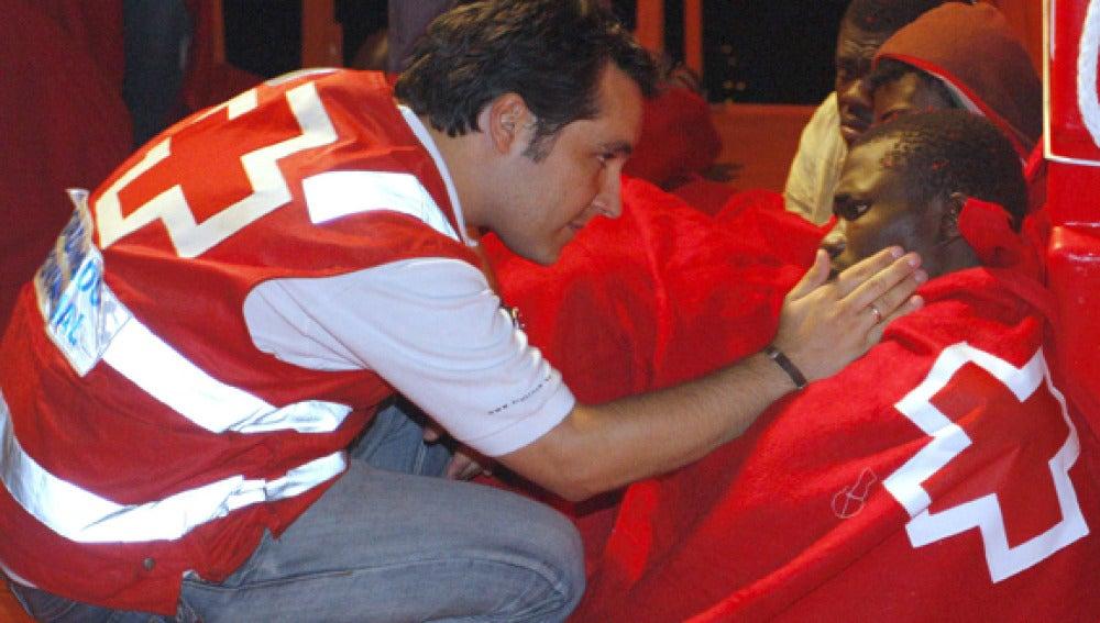 La Cruz Roja atiende a los ocupantes de la patera
