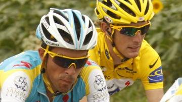 Contador y Schleck, pegados