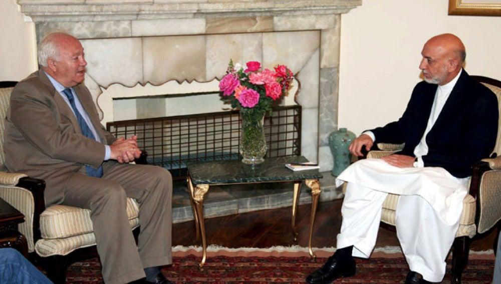 Miguel Ángel Moratinos en su encuentro con el presidente afgano, Hamid Karzai