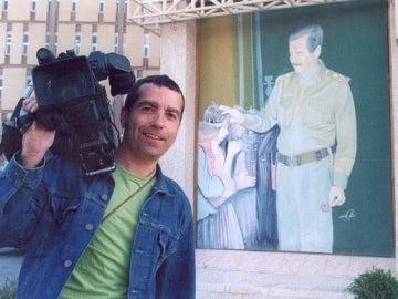 José Couso junto a un cartel de Saddam