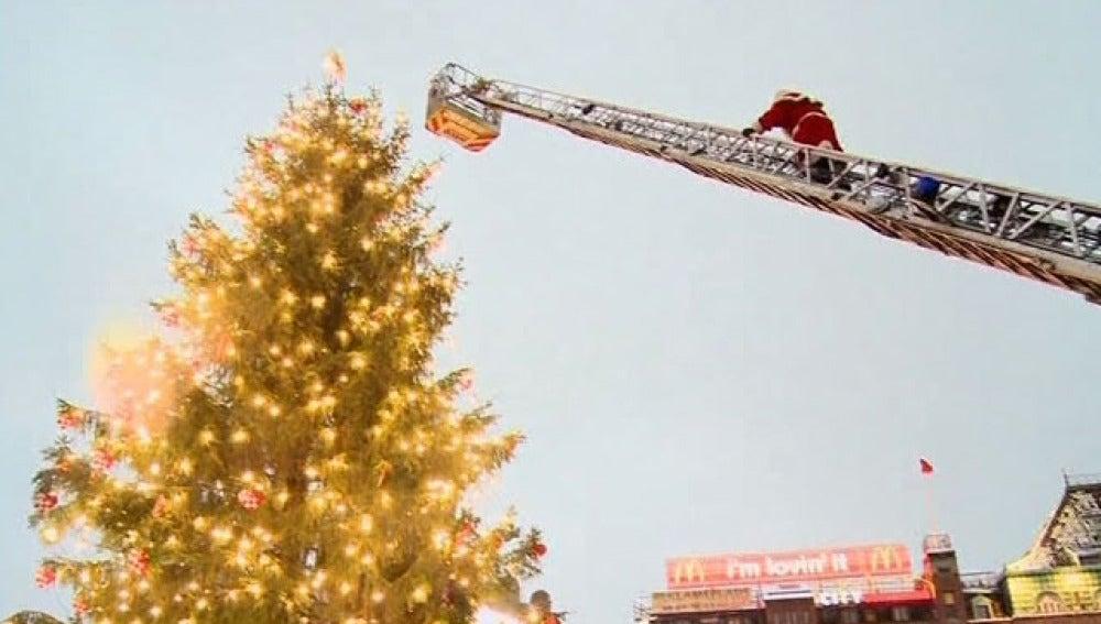 Papá Noel enciende el árbol de navidad en Copenhague