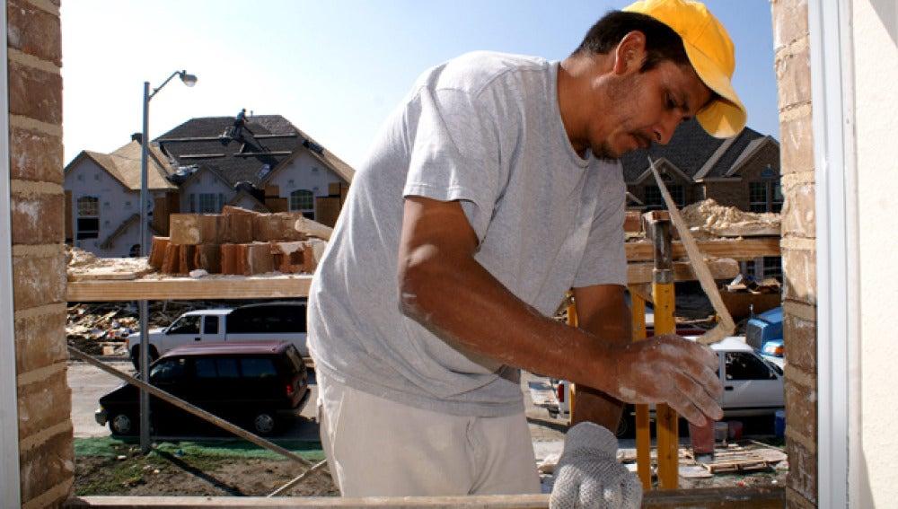 Un inmigrante trabajando en la construcción