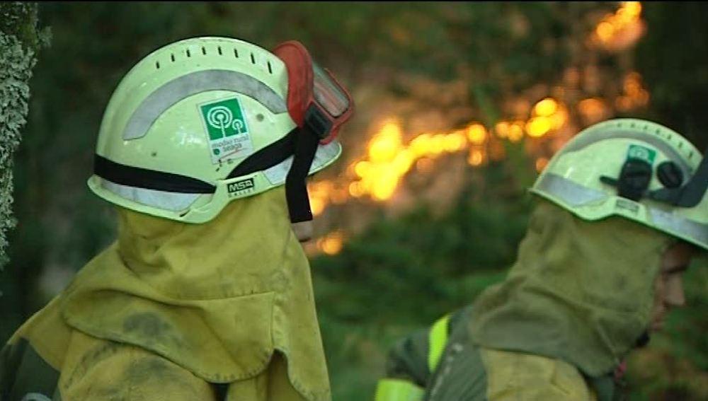 Dos bomberos en el incendio de Pontevedra