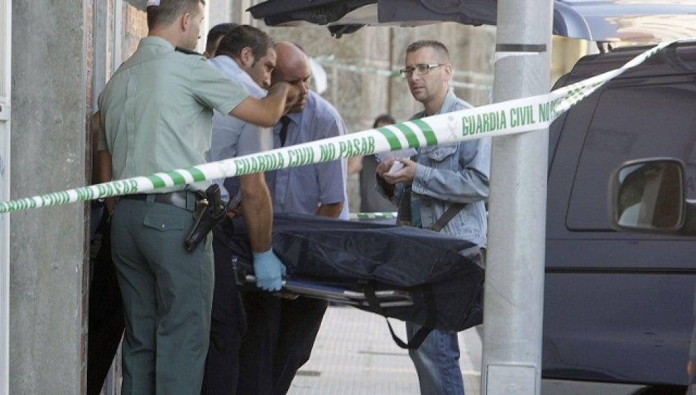 Agentes se llevan el cuerpo del guardia civil fallecido