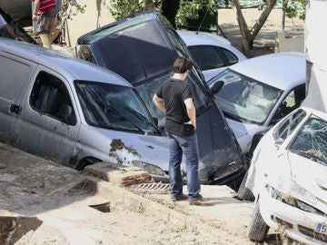 Coches destrozados por la riada provocada por las lluvias en Córdoba