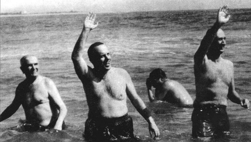 Fraga, ministro de Turismo, y el embajador de Estados Unidos en una playa cercana a Palomares