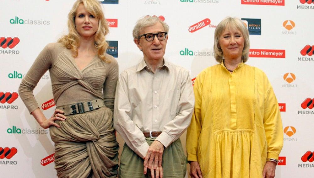 Woody Allen junto a dos de las protagonistas de su próxima película
