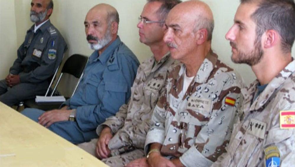 A la derecha el capitán de la guardia civil a su lado el traductor