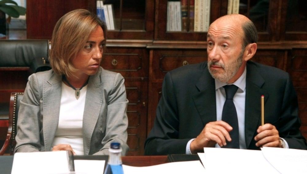 Carme Chacon y Alfredo Perez Rubalcaba conversan durante la reunión sobre Afganistán