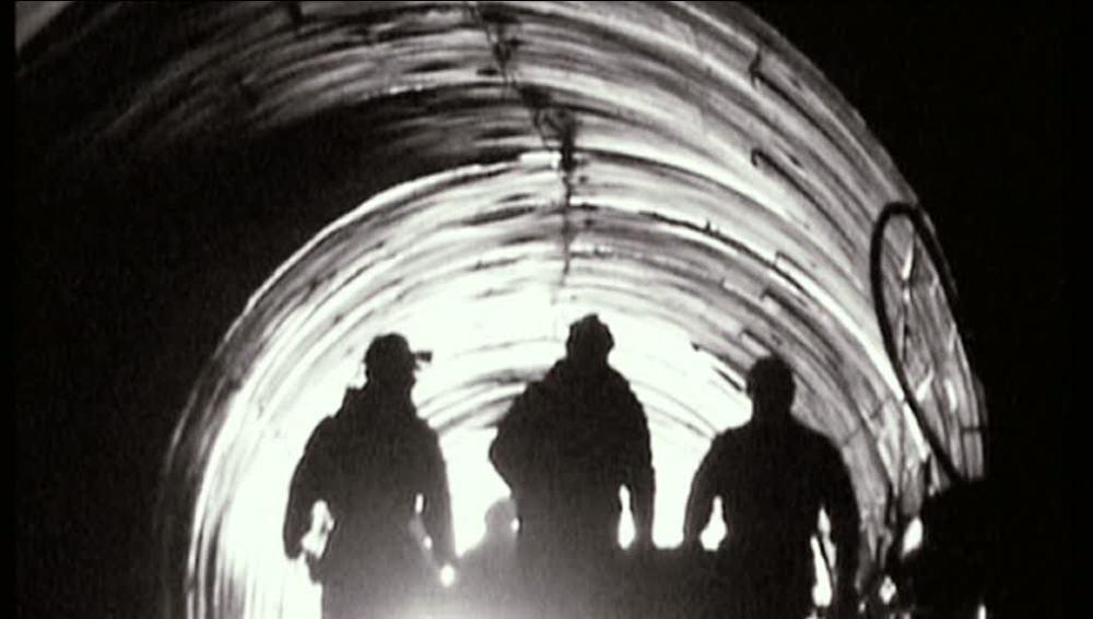 Mineros dentro de un túnel.