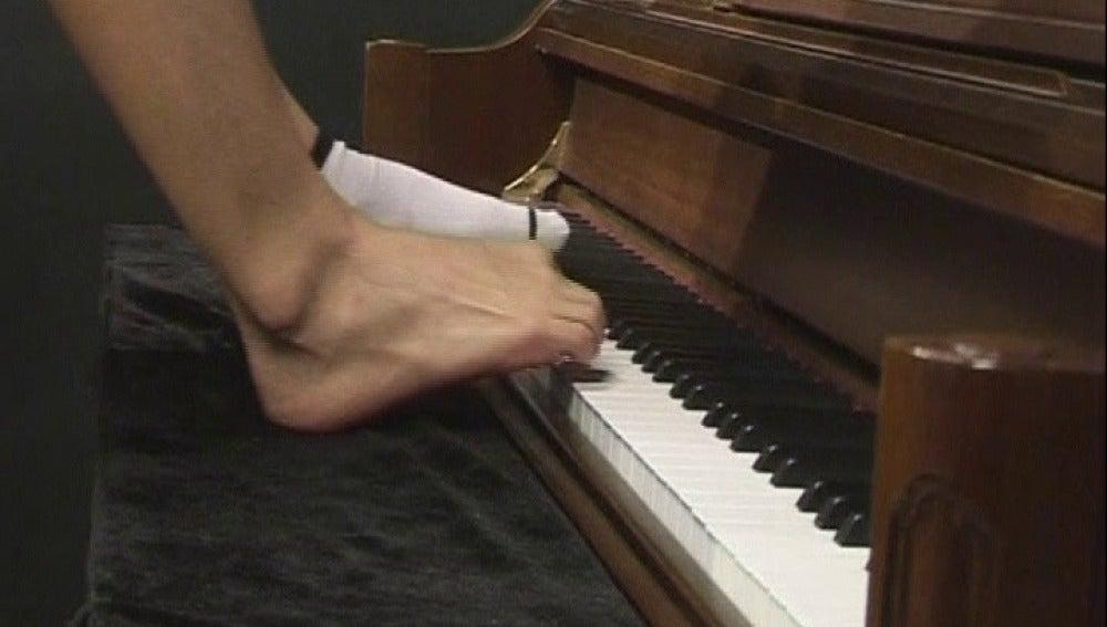 Pianista chino toca con los pies