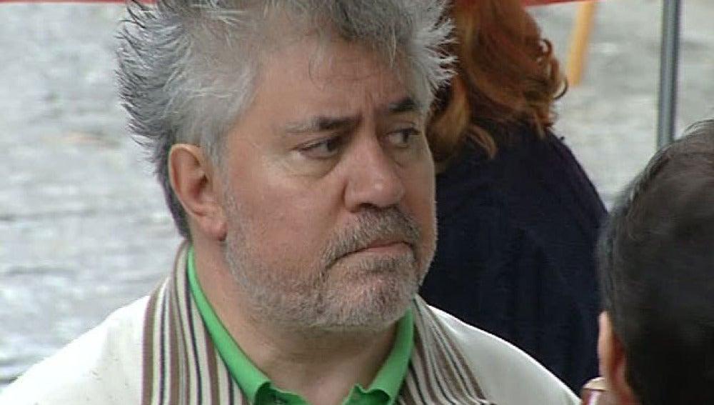 Pedro Almodóvar, en el rodaje de 'La piel que habito'