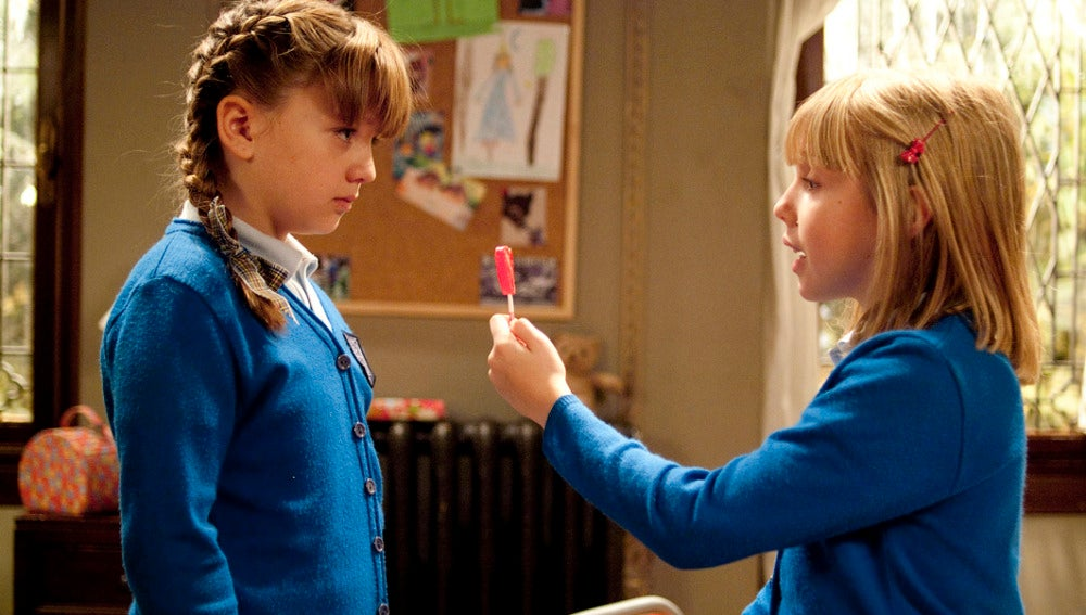 Evelyn le ofrece una piruleta a Paula