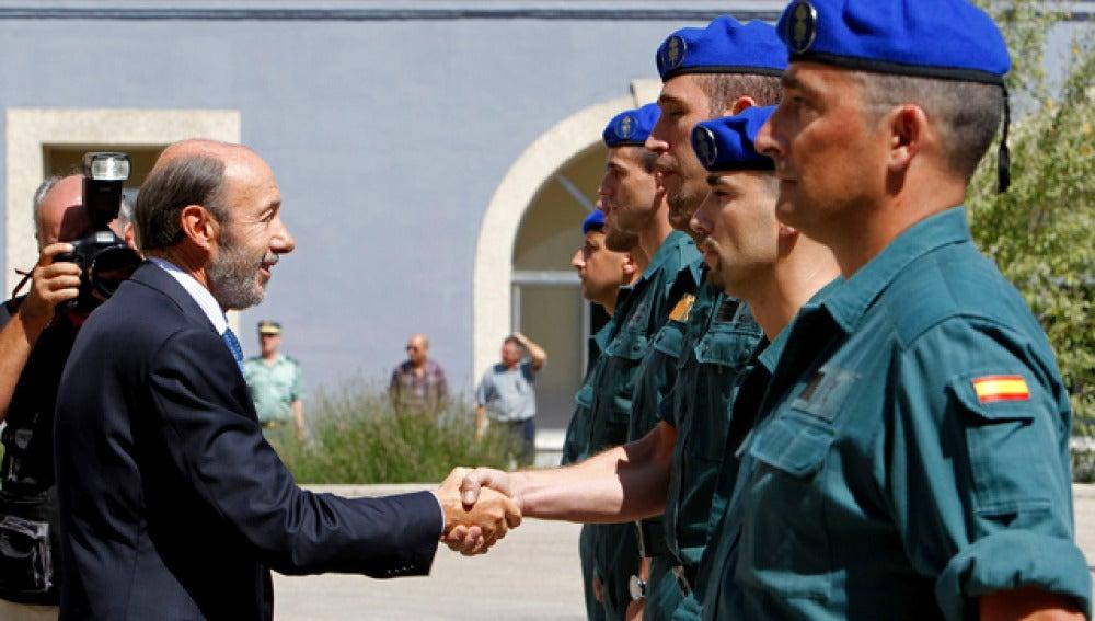 Rubalcaba despide a los guardias civiles destinados a Afganistán