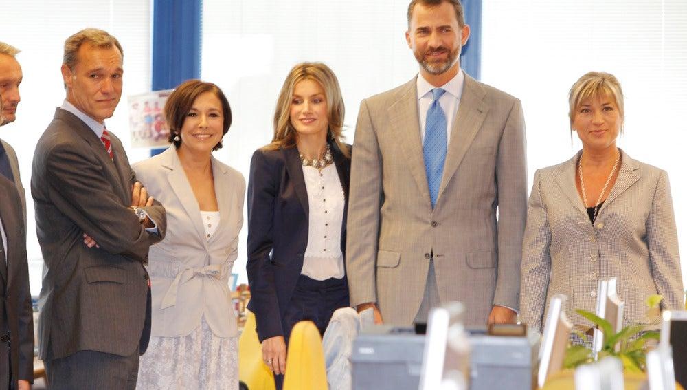 Los Príncipes posan junto a Julia Otero e Isabel Gemio