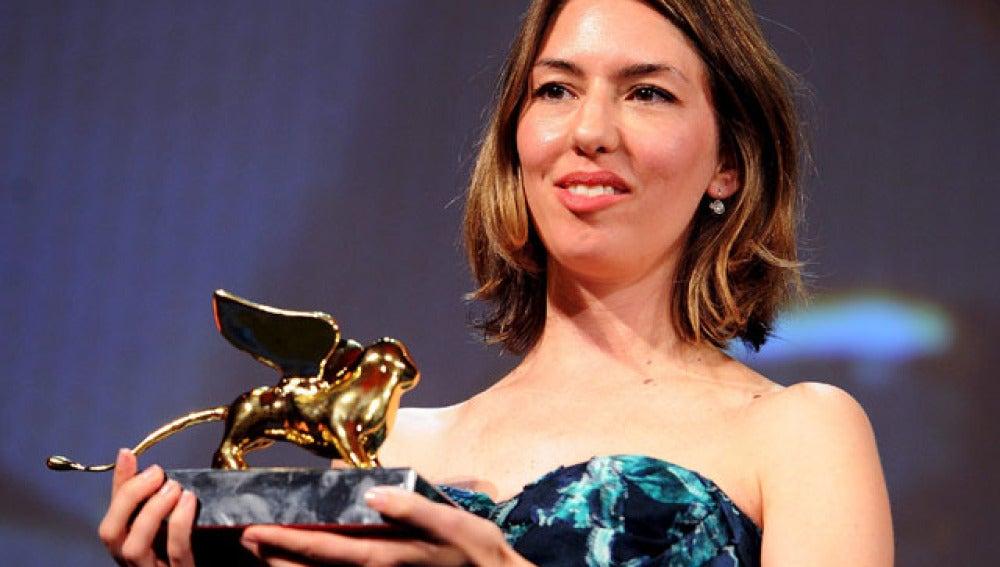 Sofía Coppola posa orgullosa junto a su León de Oro