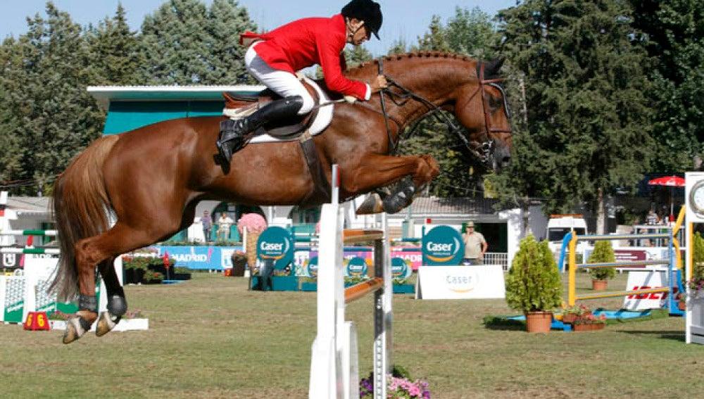 Un jinete saltando un obstáculo