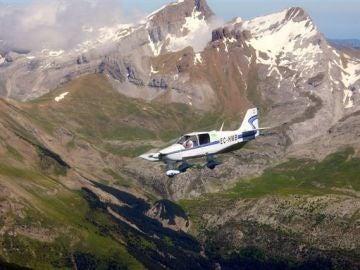 Una avioneta sobrevolando los Pirineos