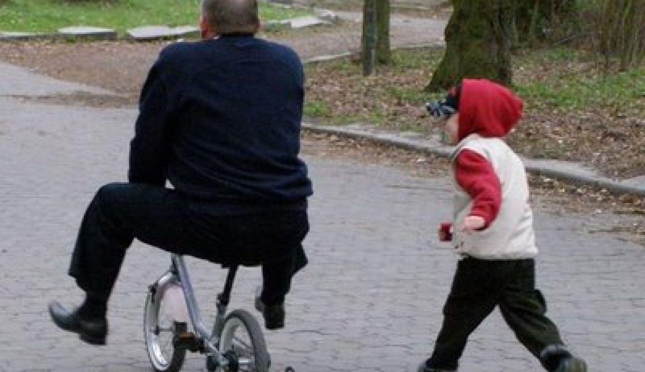 Un anciano jugando con su nieto