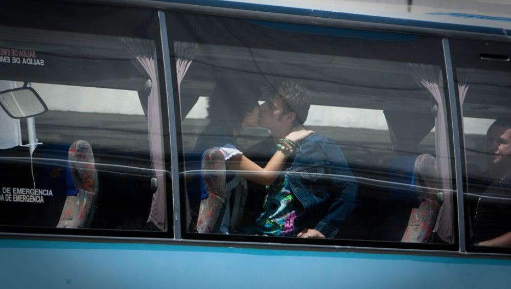 Julio y Cova se besan en el autobús
