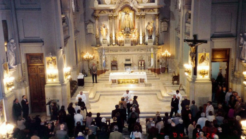 Gente asistiendo a una misa