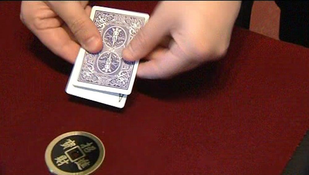 Un mago haciendo un juego de cartomagia
